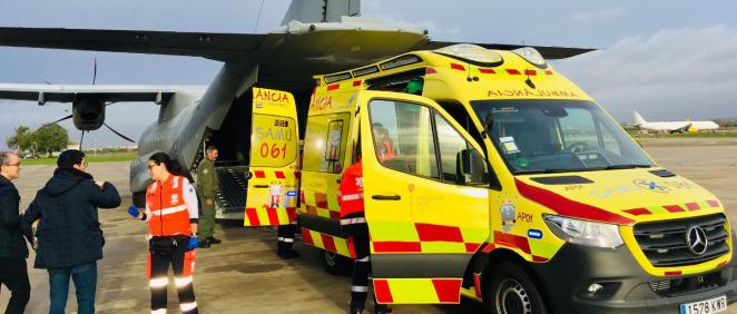 Ambulancia del SAMU 061 trasladando al paciente al avión del Ejército del Aire (Foto. Gobierno de las Islas Baleares)