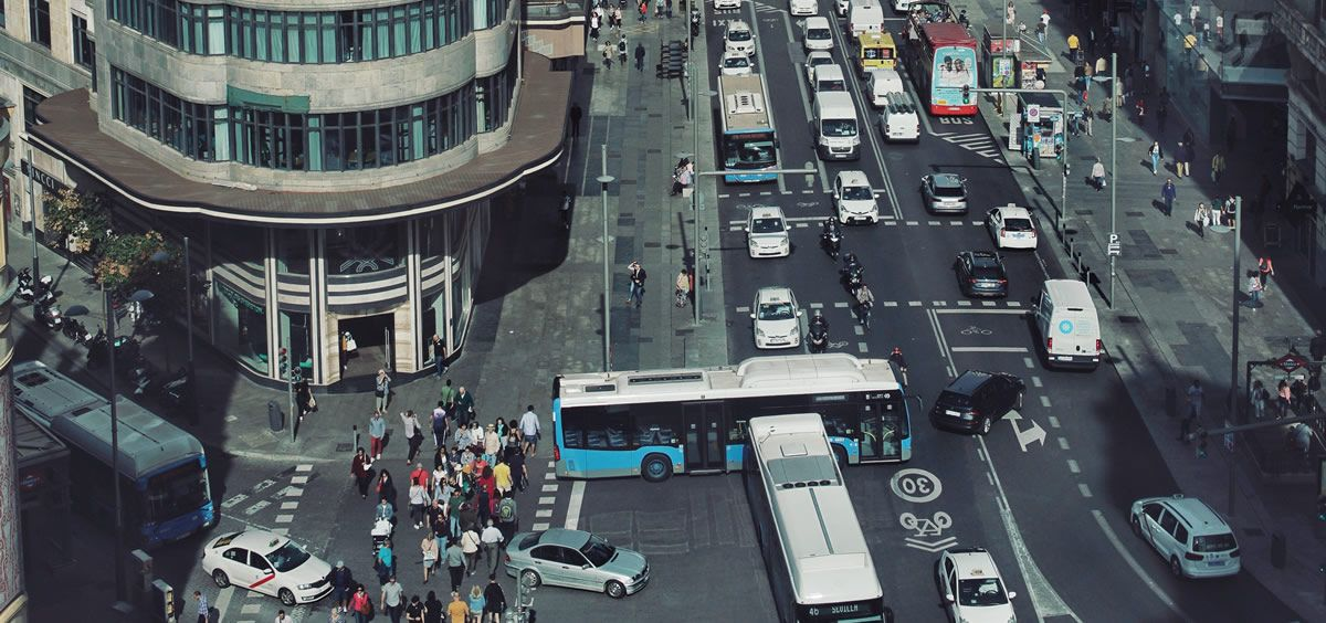 Tráfico en la Gran Vía de Madrid desde Callao. (Foto. Unsplash)