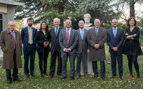 El jurado de los premios Asisa UAM junto a los premiados en la edición 2018, varios directivos de Asisa y el Dr. Jaime Siegrist, ponente en el acto de entrega de los premios.