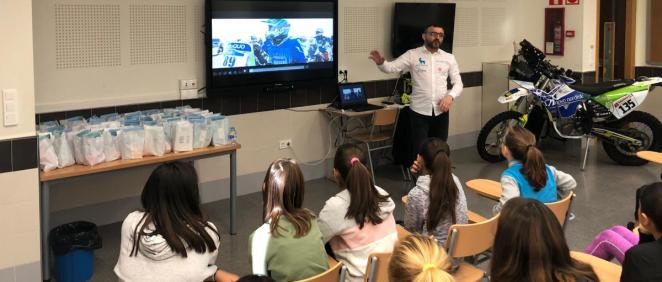Daniel Albero da una charla en un colegio de Torrevieja para concienciar sobre la diabetes (Foto. ConSalud)