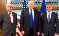 De izquierda a derecha: Jean-Claude Juncker, Donald Trump y Donald Tusk, en un encuentro institucional entre la Unión Europea y Estados Unidos (Foto: Wikipedia)