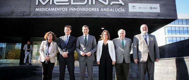 El presidente de la Junta, en la fachada de la Fundación, con el resto de autoridades. (Foto. Junta de Andalucía)