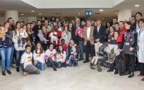 Autoridades, padres y niños de la asociación. (Foto. Hospital Gregorio Marañón)