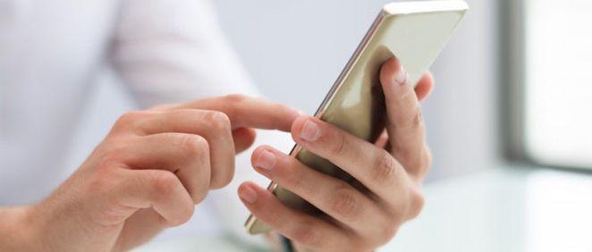 Persona utilizando un teléfono inteligente (Foto. Freepik)