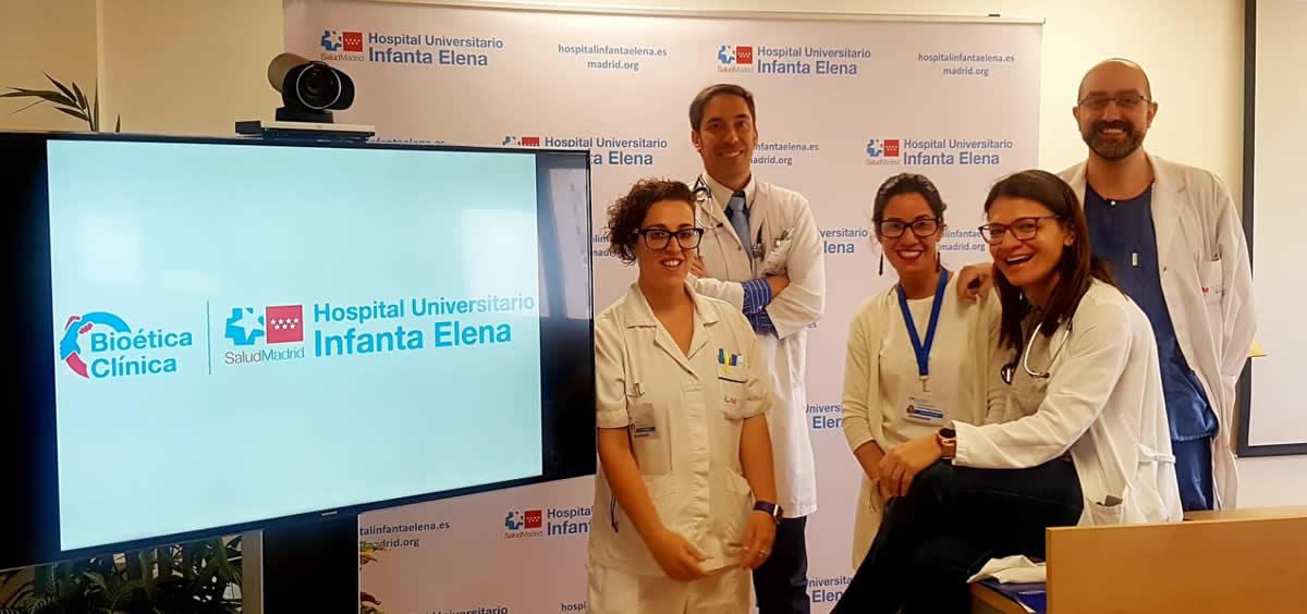 Los doctores Pachecho, Herrera (a la derecha) y Ruiz (izquierda), junto a la enfermera y a la trabajadora social del equipo del DBC (Foto.Hospital Universitario Infanta Elena)