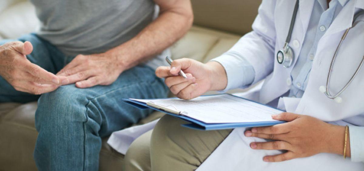 Paciente y profesional sanitario durante una consulta (Foto: Freepik)