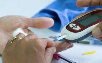 Paciente con diabetes realizando el análisis de glucosa (Foto.Freepik)