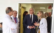 El consejero de Sanidad de la Comunidad de Madrid, Enrique Ruiz Escudero, en su visita al hospital (Foto. Comunidad de Madrid)