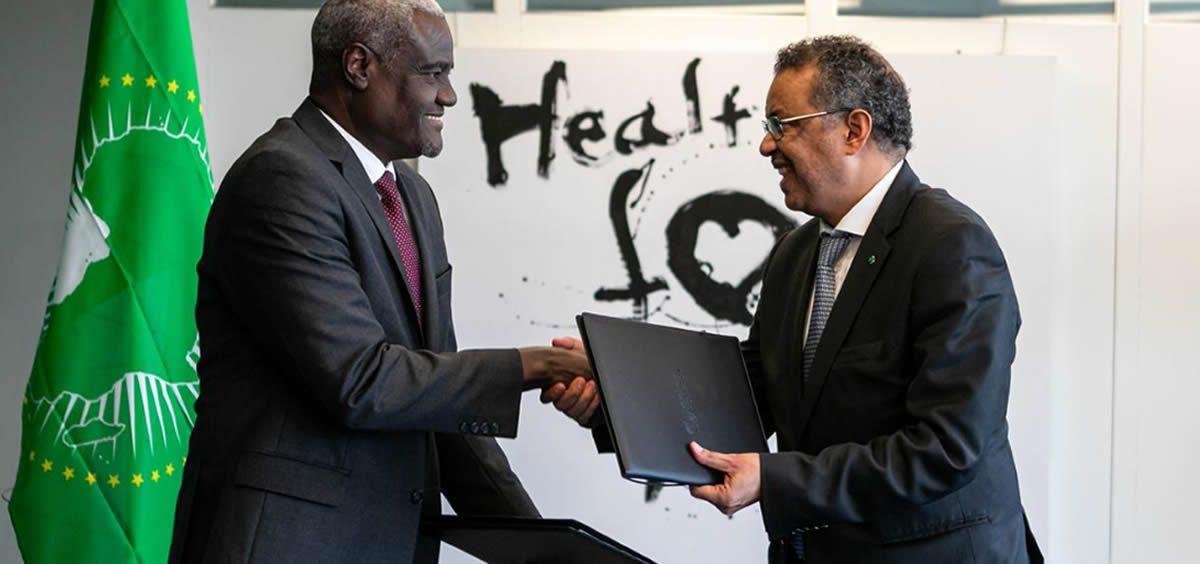 El Excmo. Sr. Moussa Faki Mahamat, Presidente de la Comisión de la Unión Africana, y el Dr.Tedros Adhanom Ghebreyesus, Director General de la Organización Mundial de la Salud (Foto. OMS)