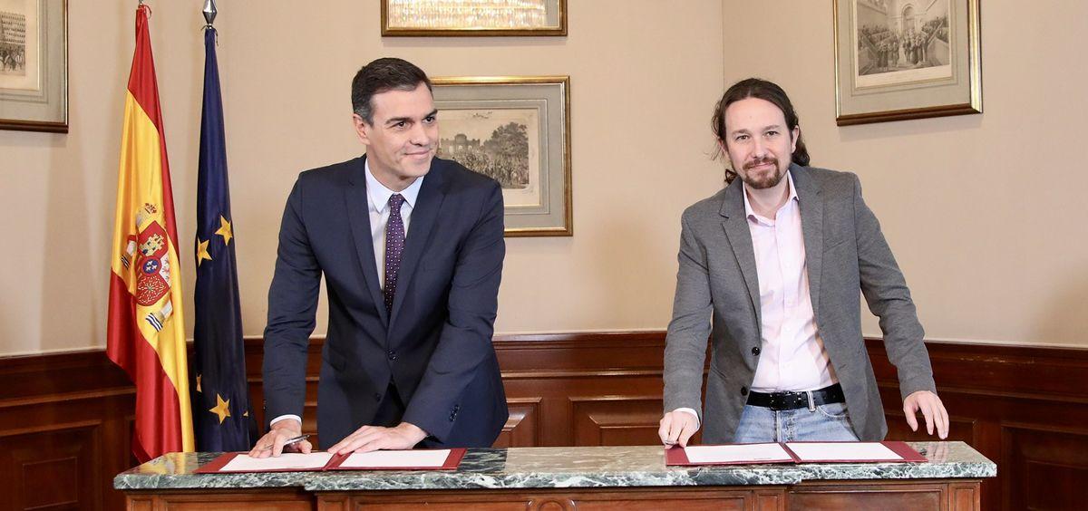 Pedro Sánchez y Pablo Iglesias firman el acuerdo de Gobierno de coalición (Foto: PSOE)