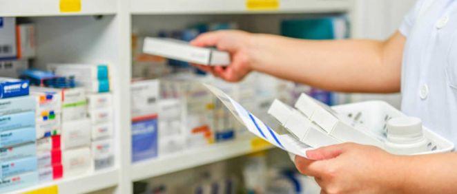 Farmacéutico recogiendo medicamentos de una receta (Foto: Freepik)