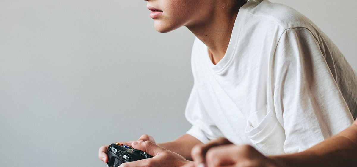 Adolescente jugando a un videojuego. (Foto. Rawpixel)
