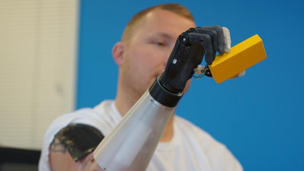 Un usuario testa la 'piel portátil' con su prótesis (Foto: Universidad Northwestern)
