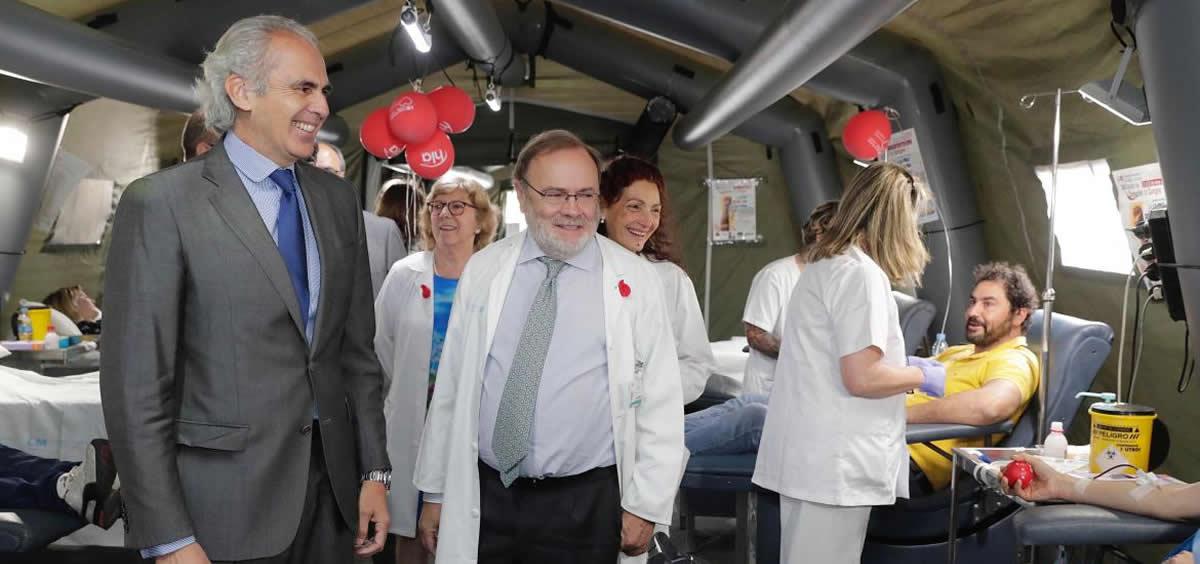 El consejero de Sanidad, Enrique Ruiz Escudero, y el gerente del Hospital Universitario La Paz, Rafael Pérez-Santamarina, durante un maratón de donación de sangre en el centro (Foto: Comunidad de Madrid)