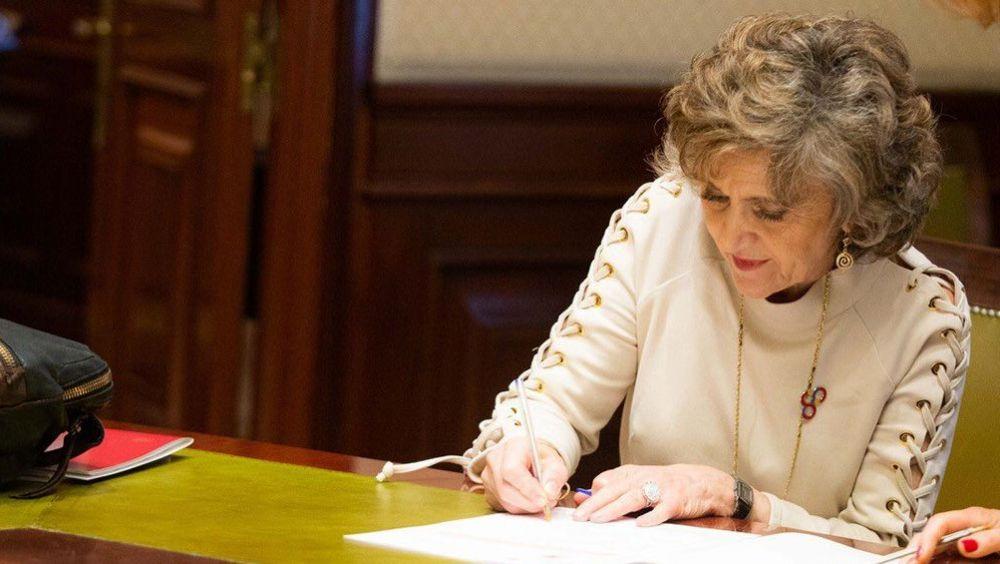 María Luisa Carcedo: Da la espalda al vapeo Maria-luisa-carcedo-ministra-de-sanidad-en-funciones-recoge-su-acta-de-diputada-foto-atluisacarcedo_15_1000x564