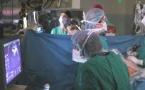 Profesionales sanitarios operando en un quirófano (Foto. Pixabay)
