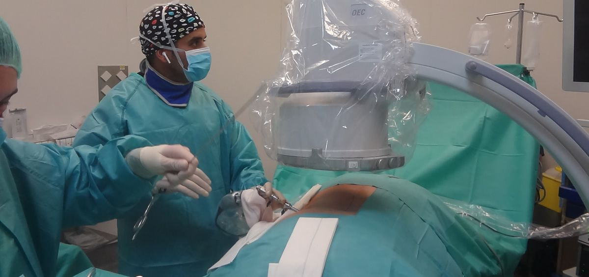 En la imagen el doctor Elgeady durante la endoscopia de columna (Foto. Quirónsalud San José)