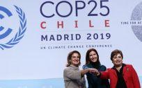 La ministra para la Transición Ecológica, Teresa Ribera; la ministra de Medio Ambiente de Chile y presidenta de la COP25, Cristina Schmidt, y la secretaria ejecutiva de la CMNUCC, Patricia Espinosa. (Foto. MITECO)