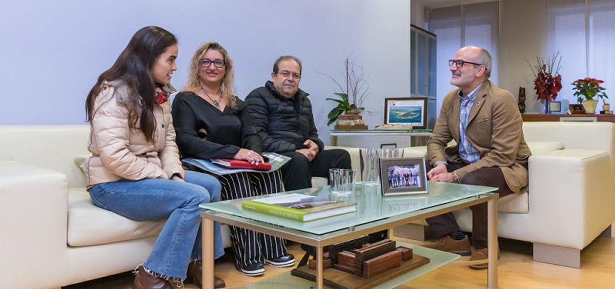 De izquierda a derecha de la imagen, Marta Gatón, Estrella Jiménez y Jose Alfredo Vargas, durante su reunión con el consejero de Sanidad (Foto. Raúl Lucio)