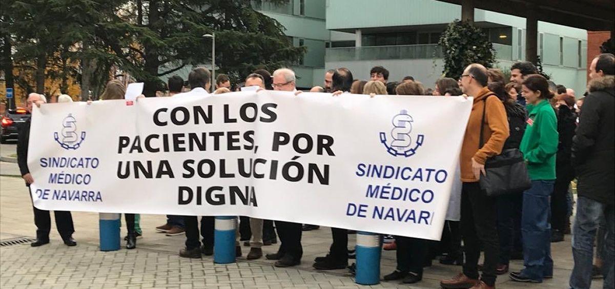 Médicos navarros durante una de las concentraciones de la huelga. (Foto. SMN)