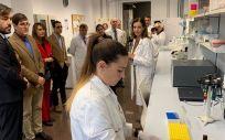 El consejero de Salud, Manuel Villegas, y el consejero de Empleo, Investigación y Universidades, Miguel Motas, visitan las instalaciones del IMIB (Foto. Gobierno de Murcia)