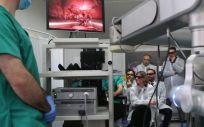 La consejera de Salud durante la visita a la empresa Rob Surgical (Foto. Generalitat de Cataluña)