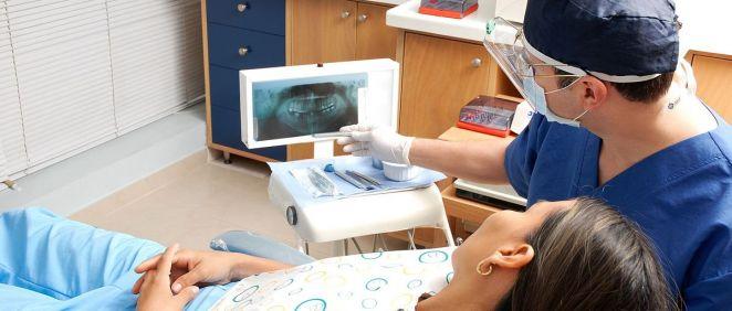 Consulta de una paciente en el dentista (Foto: Pixabay)