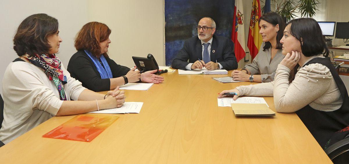 El consejero y la alcaldesa se han reunido por primera vez para estrechar su colaboración (Foto. Natalia Rasillo)
