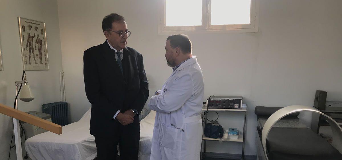 El secretario general de Instituciones Penitenciarias, Ángel Luis Ortiz, junto a un médico durante su visita a la prisión de Alcázar de San Juan. (Foto. II.PP.)