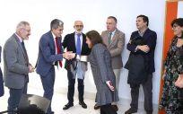 Pablo Zuloaga saluda a una de las auditoras del ISCIII en el inicio de la evaluación del IDIVAL (Foto. Gobierno de Cantabria)