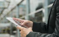 Hombre haciendo uso de la aplicación Coronamadrid. (Foto. Freepik)