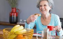 Señora mayor realizando un desayuno saludable (Foto. Freepik)