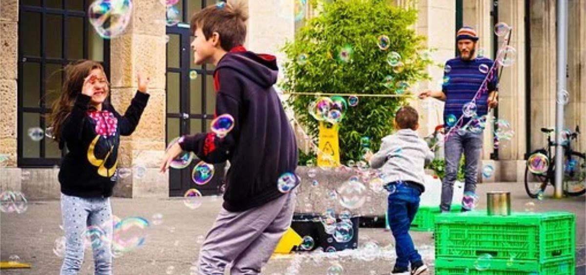 Niños jugando en la ciudad (Foto. Pixabay)