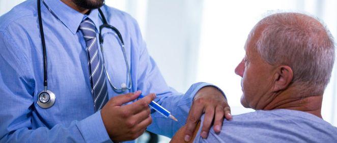 Profesional sanitario vacunando a una persona mayor (Foto: Freepik)