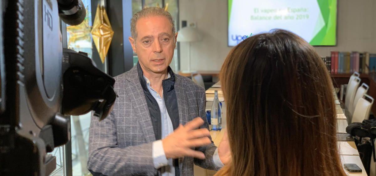 El presidente de la Unión de Promotores y Empresarios del Vapeo, Arturo Ribes, atiende a los medios de comunicación (Foto: UPEV)