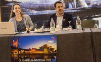 La doctora Sol Marcos durante la IX Asamblea Nacional de HHT celebrada en Bilbao junto al ya expresidente de la Asociación HTT España, Bienvenido Muñoz. (Foto. SM)