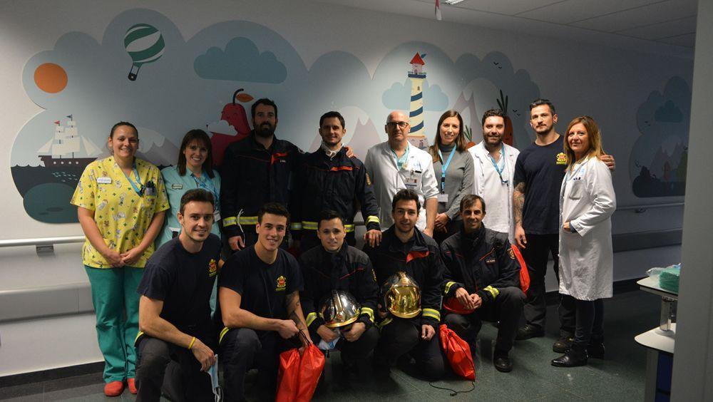 Los niños ingresados reciben la visita de los bomberos