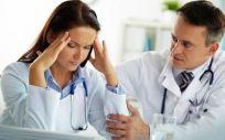 """El 51% de los médicos que sufren acoso de un compañero se """"aguantan"""" y sólo un 3% denuncia"""