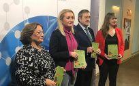 La directora del IAM, Laura Fernández, con los responsables del programa.(Foto. Junta de Andalucía)