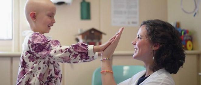 Profesional con paciente pediátrico de cáncer (Foto. Fundación Aladina)