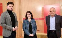 El portavoz de ERC, Gabriel Rufián, junto a los portavoces del PSOE, Adriana Lastra y Rafael Simancas (Foto: PSOE)