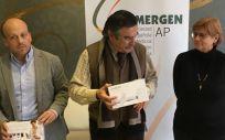 José Luis Llisterri, presidente de Semergen, ha hecho entrega al doctor Victoriano Chavero y la doctora Cristina Murillo de dos dispositivos. (Foto: Semergen)