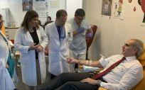 El consejero de Sanidad de la Comunidad de Madrid, Enrique Ruiz Escudero, en una campaña de donación de sangre (Foto: Comunidad de Madrid)