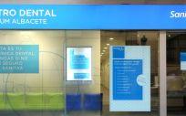 Las 189 clínicas dentales que forman parte de Sanitas Dental cuentan con personal formado en RCP y desfibrilador (Foto. Sanitas)