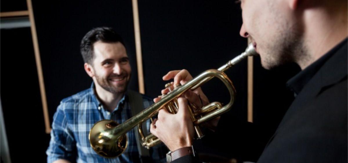 El tratamiento con fisioterapia disminuye las dolencias derivadas de la práctica musical, como trastorno en las articulaciones (Foto. Freepik)