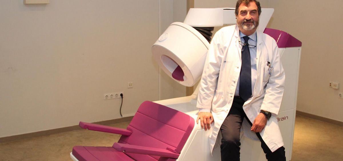 El jefe del Servicio de Medicina Nuclear del Clínico, José Luis Carreras, con el PET (Foto. Gobierno de la Comunidad de Madrid)