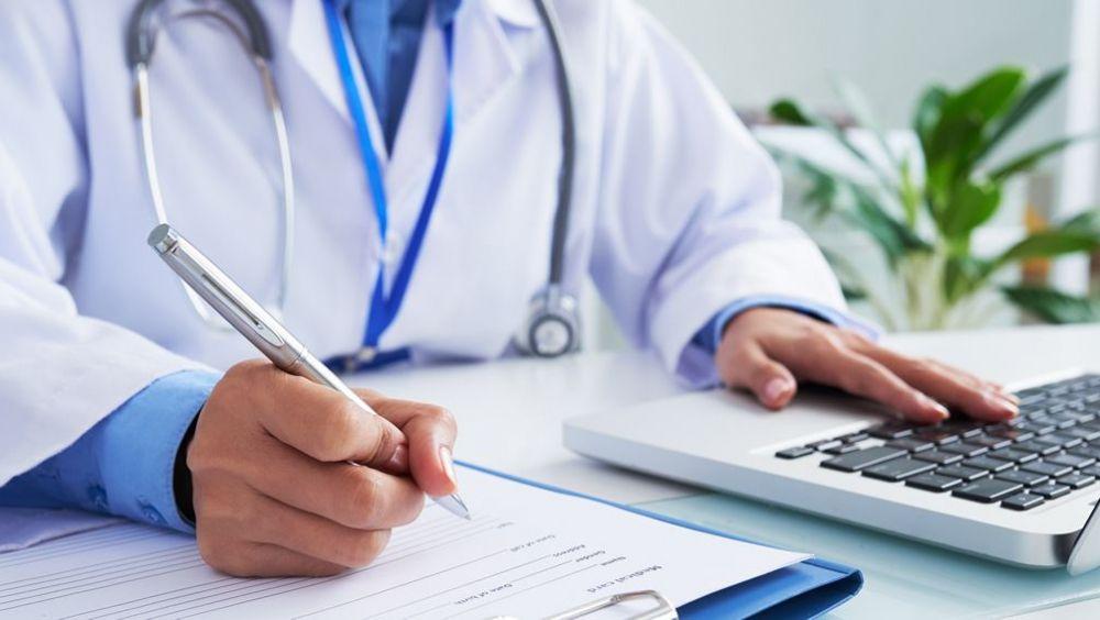 Profesional sanitario haciendo gestiones (Foto: Freepik)