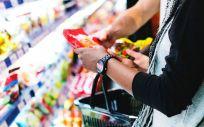 Una persona haciendo la compra en el supermercado. (Rawpixel)