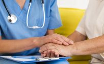 Profesional sanitaria con paciente con artrosis (Foto: Freepik)