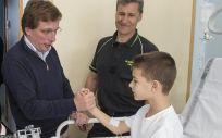 Almeida y los bomberos entregan regalos a los niños hospitalizados